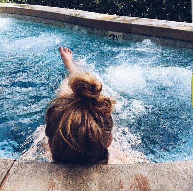 Kỳ Duyên lẫn Minh Hằng thi nhau up ảnh đi bơi giải nhiệt, có 5 điều mà bạn cần biết để bảo vệ làn da không đen nhẻm, xuống sắc khi bơi - ảnh 4