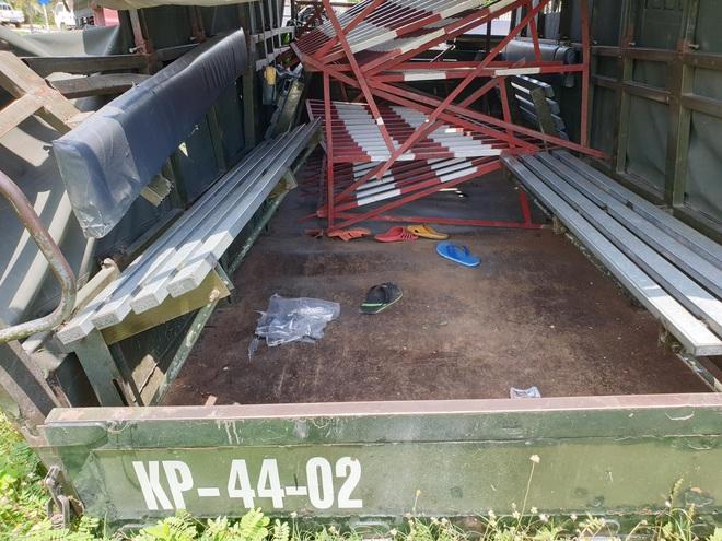 Bình Dương: Thùng xe biển đỏ bị hất văng sau va chạm với xe container, 1 người chết, 6 người bị thương - ảnh 2