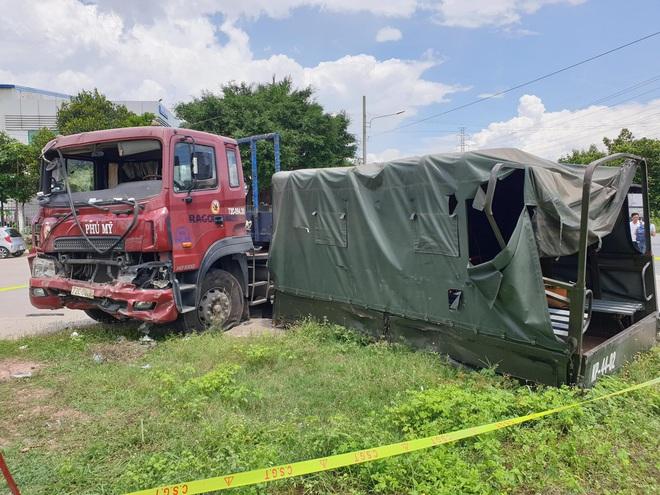 Bình Dương: Thùng xe biển đỏ bị hất văng sau va chạm với xe container, 1 người chết, 6 người bị thương - ảnh 3