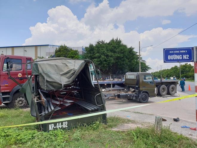 Bình Dương: Thùng xe biển đỏ bị hất văng sau va chạm với xe container, 1 người chết, 6 người bị thương - ảnh 1