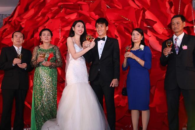 Mãn nhãn với loạt ảnh xinh trong hôn lễ dàn cầu thủ: Duy Mạnh cực đầu tư, Công Phượng giản dị nhưng đầy cảm xúc! - ảnh 4