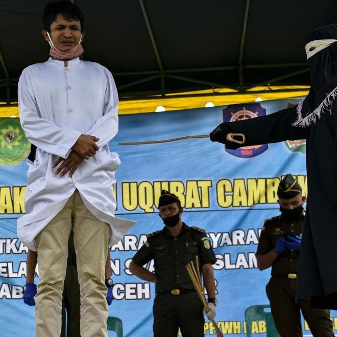 Ăn cơm trước kẻng, cặp đôi Indonesia bị phạt đánh 200 roi trước toàn thể bà con dân làng - Ảnh 1.