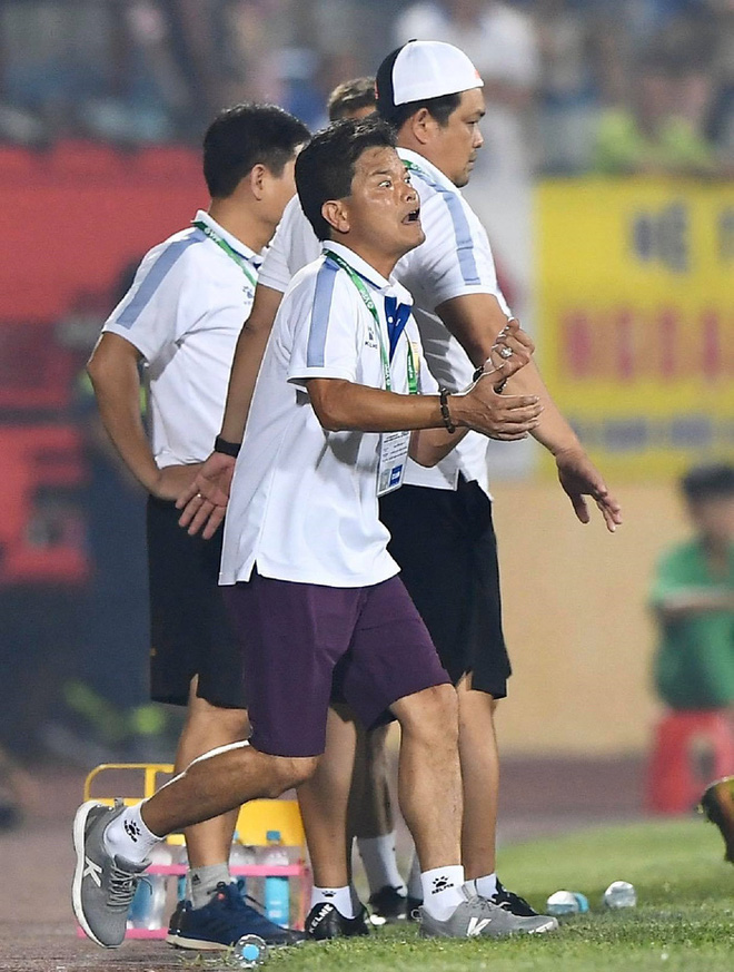 CĐV Nam Định chửi bới, ném vật thể lạ xuống sân khiến tuyển thủ U23 giật nảy mình - ảnh 1