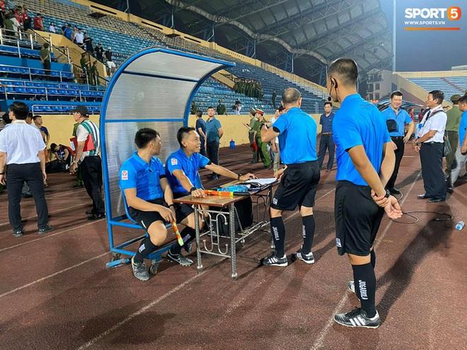 CĐV Nam Định chửi bới, ném vật thể lạ xuống sân khiến tuyển thủ U23 giật nảy mình - ảnh 2