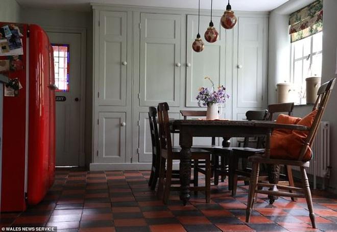 Bỏ 2 triệu mua nhà gạch tồi tàn, người phụ nữ cải tạo suốt chục năm khiến ngôi nhà tăng giá hơn 7000 lần với diện mạo mới đáng kinh ngạc - Ảnh 5.