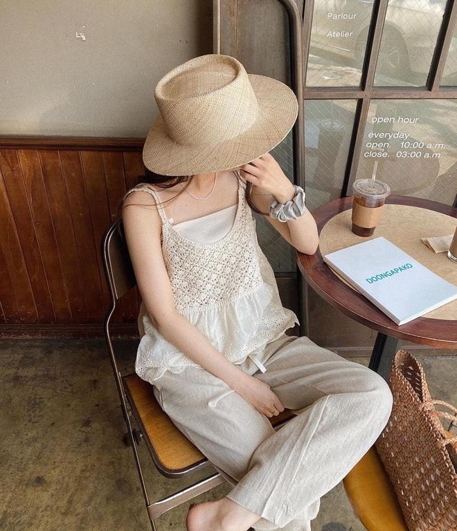 Nóng thế này chị em cứ nhắm áo trắng mà diện, bao nhiêu kiểu xinh tươi với cả chục cách mix vừa mát mẻ lại vừa sang - Ảnh 4.