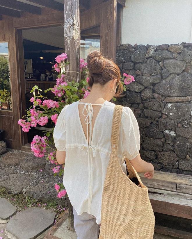 Nóng thế này chị em cứ nhắm áo trắng mà diện, bao nhiêu kiểu xinh tươi với cả chục cách mix vừa mát mẻ lại vừa sang - Ảnh 8.