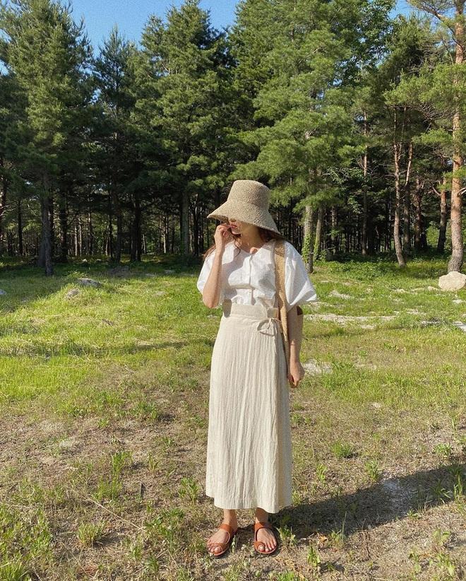 Nóng thế này chị em cứ nhắm áo trắng mà diện, bao nhiêu kiểu xinh tươi với cả chục cách mix vừa mát mẻ lại vừa sang - Ảnh 3.