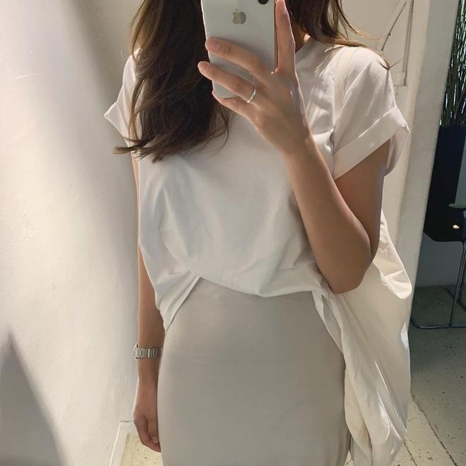 Nóng thế này chị em cứ nhắm áo trắng mà diện, bao nhiêu kiểu xinh tươi với cả chục cách mix vừa mát mẻ lại vừa sang - Ảnh 13.