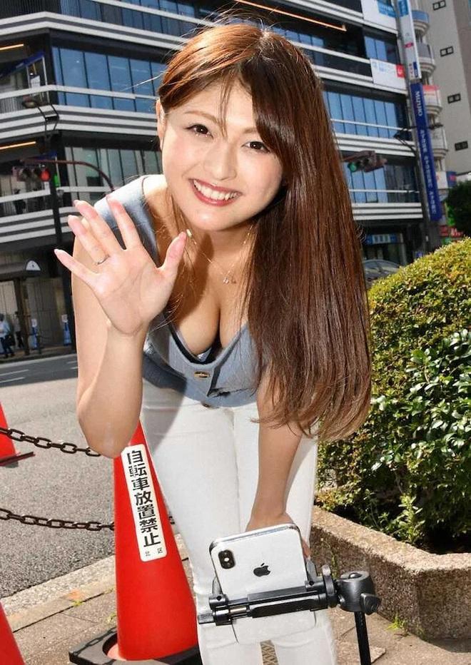 Nữ ứng viên Nhật Bản dùng khẩu trang thay áo ngực để quảng bá cho chiến dịch tranh cử - Ảnh 1.