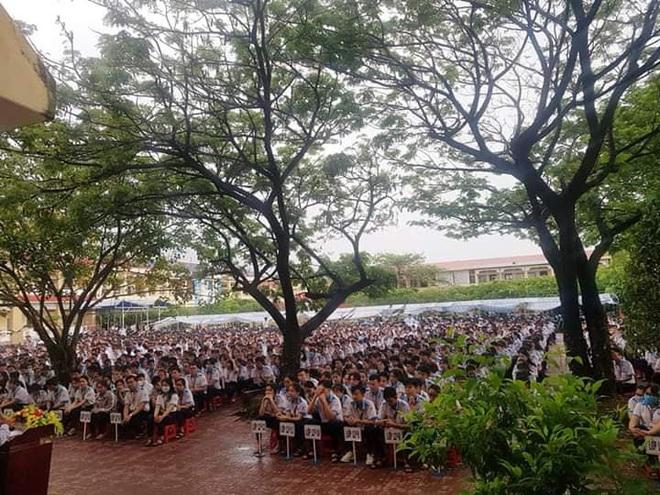 Thầy hiệu trưởng đứng giữa trời mưa phát biểu trong tiết chào cờ cuối cùng của học sinh cuối cấp: 12 năm đi học sắp hết thật rồi sao? - ảnh 3
