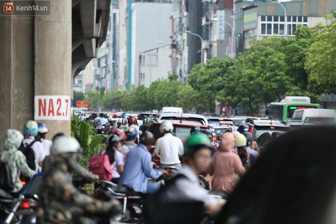 Ảnh, clip: Dòng người thản nhiên nối đuôi nhau đi ngược chiều hàng cây số ở Hà Nội - ảnh 1