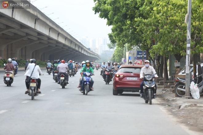 Ảnh, clip: Dòng người thản nhiên nối đuôi nhau đi ngược chiều hàng cây số ở Hà Nội - ảnh 4