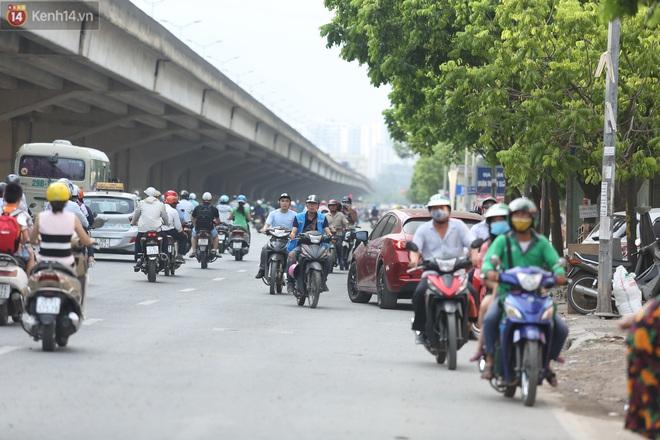 Ảnh, clip: Dòng người thản nhiên nối đuôi nhau đi ngược chiều hàng cây số ở Hà Nội - ảnh 5