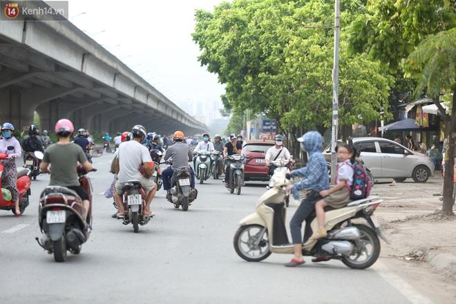 Ảnh, clip: Dòng người thản nhiên nối đuôi nhau đi ngược chiều hàng cây số ở Hà Nội - ảnh 7