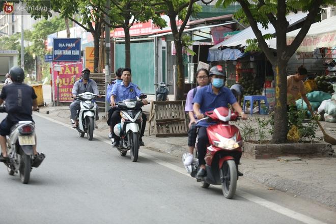 Ảnh, clip: Dòng người thản nhiên nối đuôi nhau đi ngược chiều hàng cây số ở Hà Nội - ảnh 3