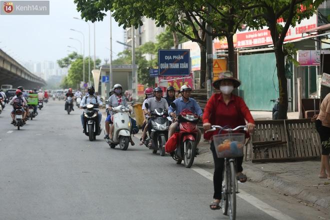 Ảnh, clip: Dòng người thản nhiên nối đuôi nhau đi ngược chiều hàng cây số ở Hà Nội - ảnh 8