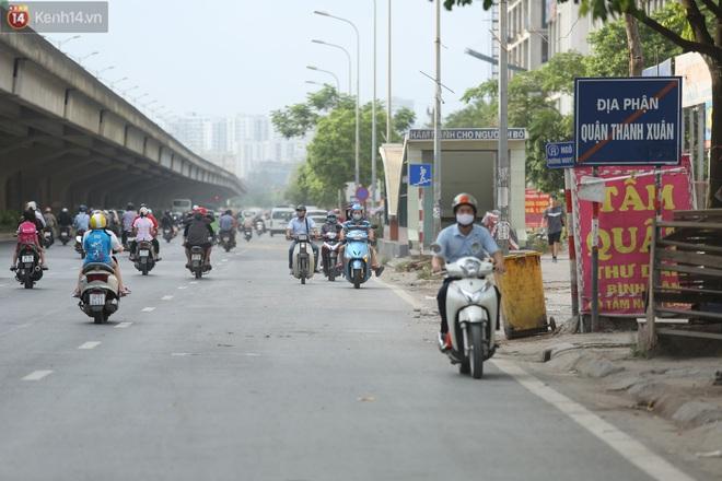 Ảnh, clip: Dòng người thản nhiên nối đuôi nhau đi ngược chiều hàng cây số ở Hà Nội - ảnh 9