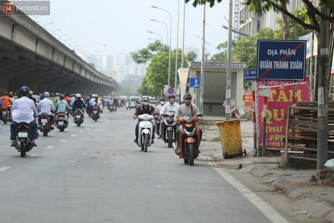 Ảnh, clip: Dòng người thản nhiên nối đuôi nhau đi ngược chiều hàng cây số ở Hà Nội - ảnh 10