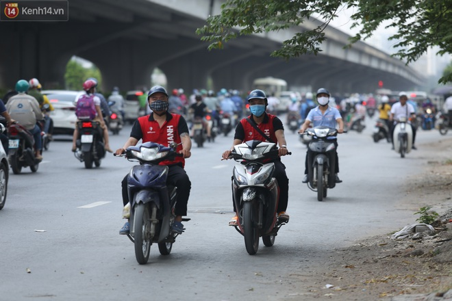 Ảnh, clip: Dòng người thản nhiên nối đuôi nhau đi ngược chiều hàng cây số ở Hà Nội - ảnh 12