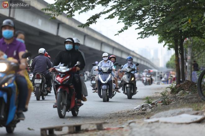 Ảnh, clip: Dòng người thản nhiên nối đuôi nhau đi ngược chiều hàng cây số ở Hà Nội - ảnh 18
