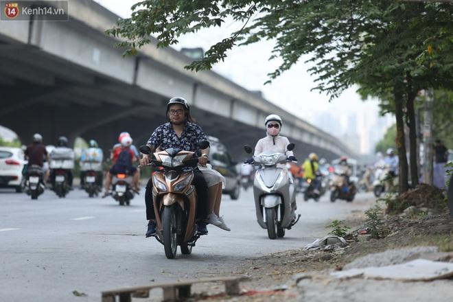 Ảnh, clip: Dòng người thản nhiên nối đuôi nhau đi ngược chiều hàng cây số ở Hà Nội - ảnh 19