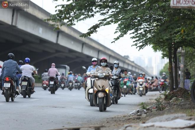 Ảnh, clip: Dòng người thản nhiên nối đuôi nhau đi ngược chiều hàng cây số ở Hà Nội - ảnh 20