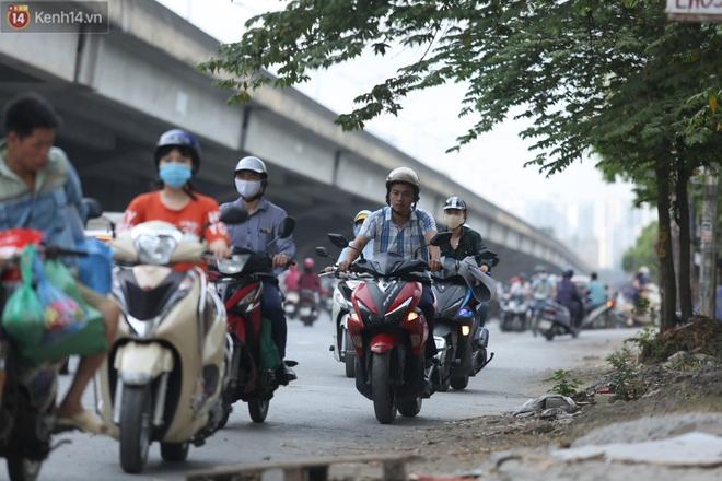 Ảnh, clip: Dòng người thản nhiên nối đuôi nhau đi ngược chiều hàng cây số ở Hà Nội - ảnh 21