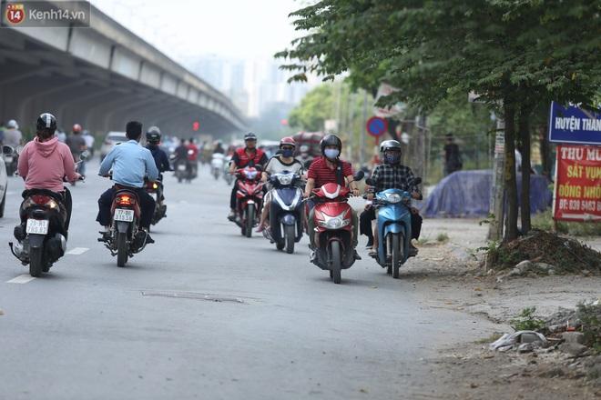 Ảnh, clip: Dòng người thản nhiên nối đuôi nhau đi ngược chiều hàng cây số ở Hà Nội - ảnh 16
