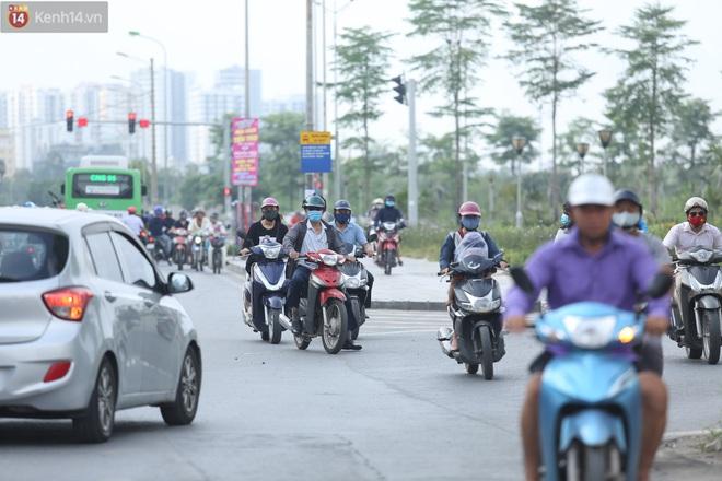 Ảnh, clip: Dòng người thản nhiên nối đuôi nhau đi ngược chiều hàng cây số ở Hà Nội - ảnh 23