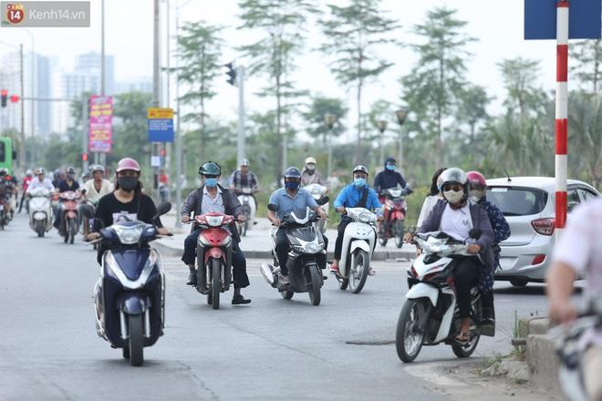 Ảnh, clip: Dòng người thản nhiên nối đuôi nhau đi ngược chiều hàng cây số ở Hà Nội - ảnh 17