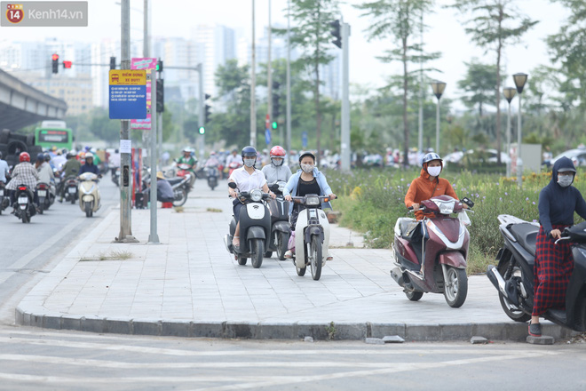 Ảnh, clip: Dòng người thản nhiên nối đuôi nhau đi ngược chiều hàng cây số ở Hà Nội - ảnh 24