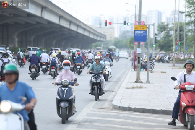 Ảnh, clip: Dòng người thản nhiên nối đuôi nhau đi ngược chiều hàng cây số ở Hà Nội - ảnh 25