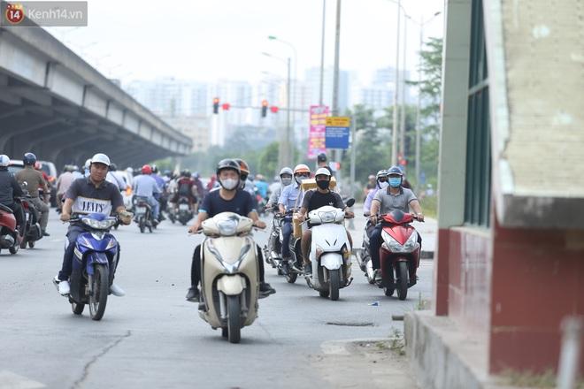 Ảnh, clip: Dòng người thản nhiên nối đuôi nhau đi ngược chiều hàng cây số ở Hà Nội - ảnh 22