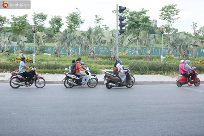 Ảnh, clip: Dòng người thản nhiên nối đuôi nhau đi ngược chiều hàng cây số ở Hà Nội - ảnh 26