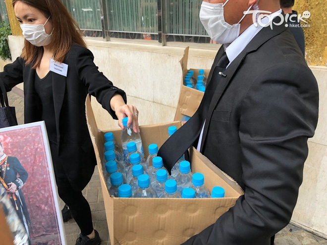 Tiết lộ túi quà mà gia tộc danh giá nhất Hồng Kông tự tay chuẩn bị cho các phóng viên ở tang lễ Vua sòng bài Macau - ảnh 4