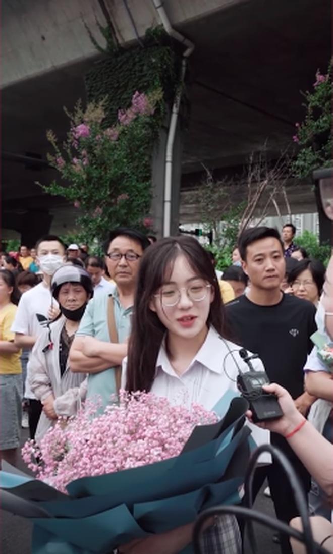 """Khoánh khắc đáng yêu nổi rần rần Weibo: Gái xinh cầm hoa tặng bạn trước điểm thi, nhưng: """"Chúng mình chỉ là bạn"""" - ảnh 1"""