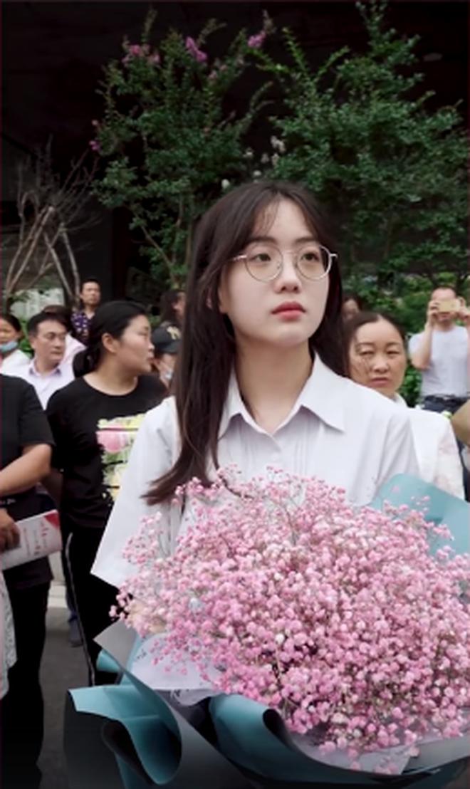 """Khoánh khắc đáng yêu nổi rần rần Weibo: Gái xinh cầm hoa tặng bạn trước điểm thi, nhưng: """"Chúng mình chỉ là bạn"""" - ảnh 2"""
