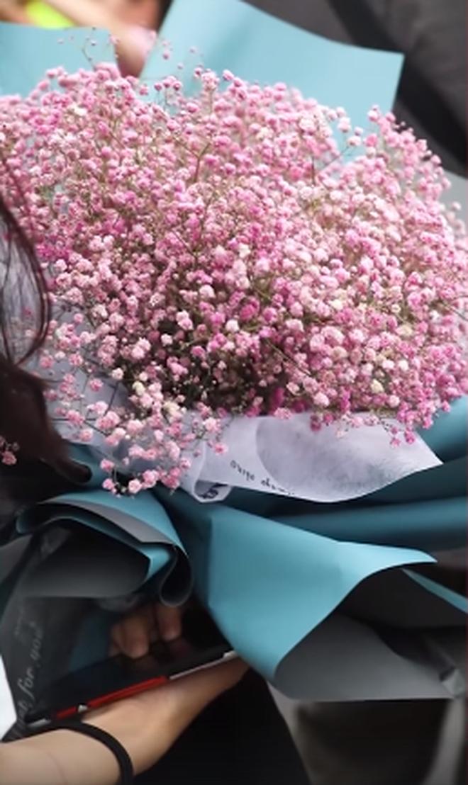 """Khoánh khắc đáng yêu nổi rần rần Weibo: Gái xinh cầm hoa tặng bạn trước điểm thi, nhưng: """"Chúng mình chỉ là bạn"""" - ảnh 3"""