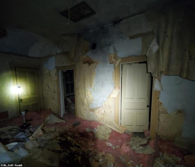 Người đàn ông tình cờ khám phá ra cả một 'căn hộ bí mật' được giấu kín trên gác mái nhà mình mà lâu nay không hề hay biết - ảnh 4