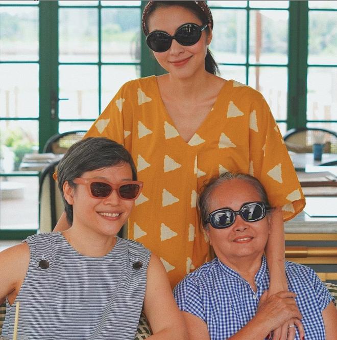 Hà Tăng khoe khoảnh khắc hiếm bên gia đình: Nàng ngọc nữ đẹp miễn bàn, mẹ ruột và chị gái đơn giản mà sang - ảnh 1
