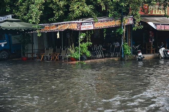 Người Sài Gòn té ngã trên đường ngập sâu, bỏ xe máy nằm lăn lóc dưới nước để bảo vệ đồ đạc - ảnh 15