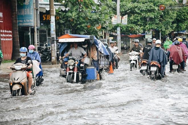 Người Sài Gòn té ngã trên đường ngập sâu, bỏ xe máy nằm lăn lóc dưới nước để bảo vệ đồ đạc - ảnh 1