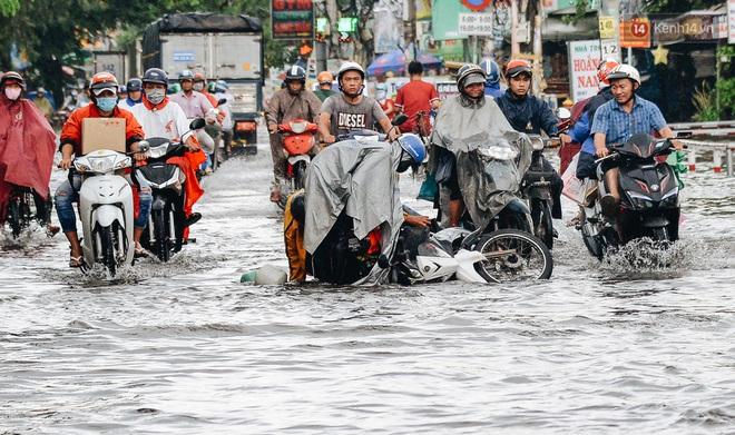 Người Sài Gòn té ngã trên đường ngập sâu, bỏ xe máy nằm lăn lóc dưới nước để bảo vệ đồ đạc - ảnh 5
