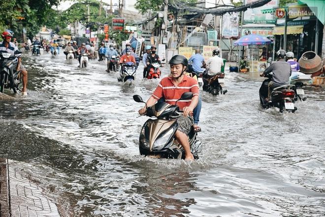Người Sài Gòn té ngã trên đường ngập sâu, bỏ xe máy nằm lăn lóc dưới nước để bảo vệ đồ đạc - ảnh 11