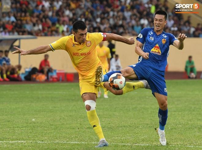 Đội trưởng Quảng Nam phát cáu vì đối thủ tự nhiên nằm sân, còn đội ngũ y tế thì quá chậm chạm - ảnh 3