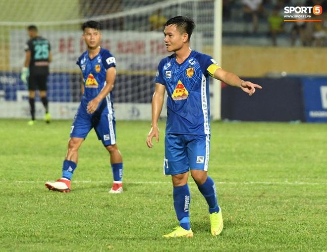 Đội trưởng Quảng Nam phát cáu vì đối thủ tự nhiên nằm sân, còn đội ngũ y tế thì quá chậm chạm - ảnh 5