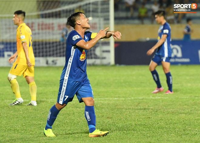 Đội trưởng Quảng Nam phát cáu vì đối thủ tự nhiên nằm sân, còn đội ngũ y tế thì quá chậm chạm - ảnh 6