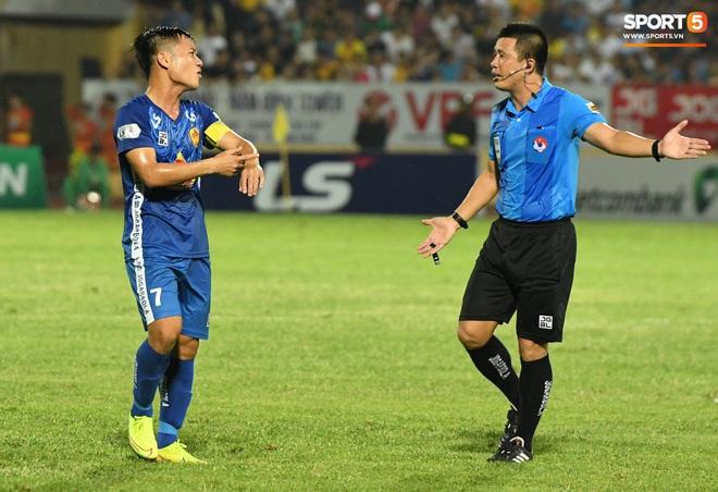 Đội trưởng Quảng Nam phát cáu vì đối thủ tự nhiên nằm sân, còn đội ngũ y tế thì quá chậm chạm - ảnh 7