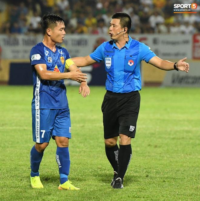 Đội trưởng Quảng Nam phát cáu vì đối thủ tự nhiên nằm sân, còn đội ngũ y tế thì quá chậm chạm - ảnh 8